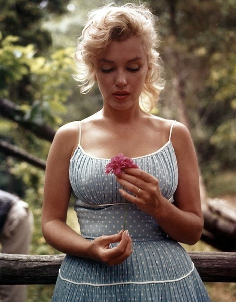http://www.socialphy.com/posts/images-pics/14333/Norma-Jeane-Mortenson.html (553358)